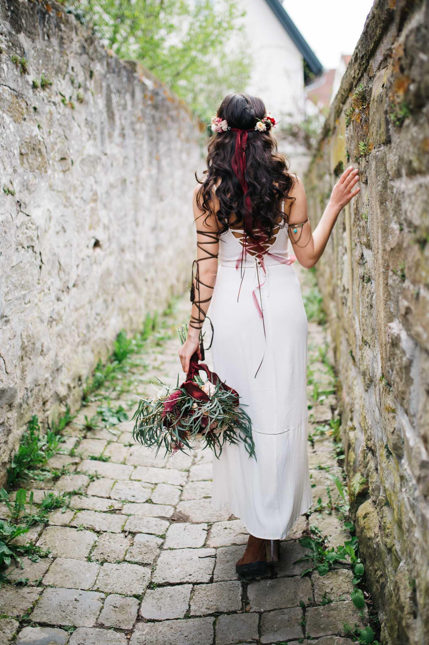 Braut läuft mit Brautstrauß weg