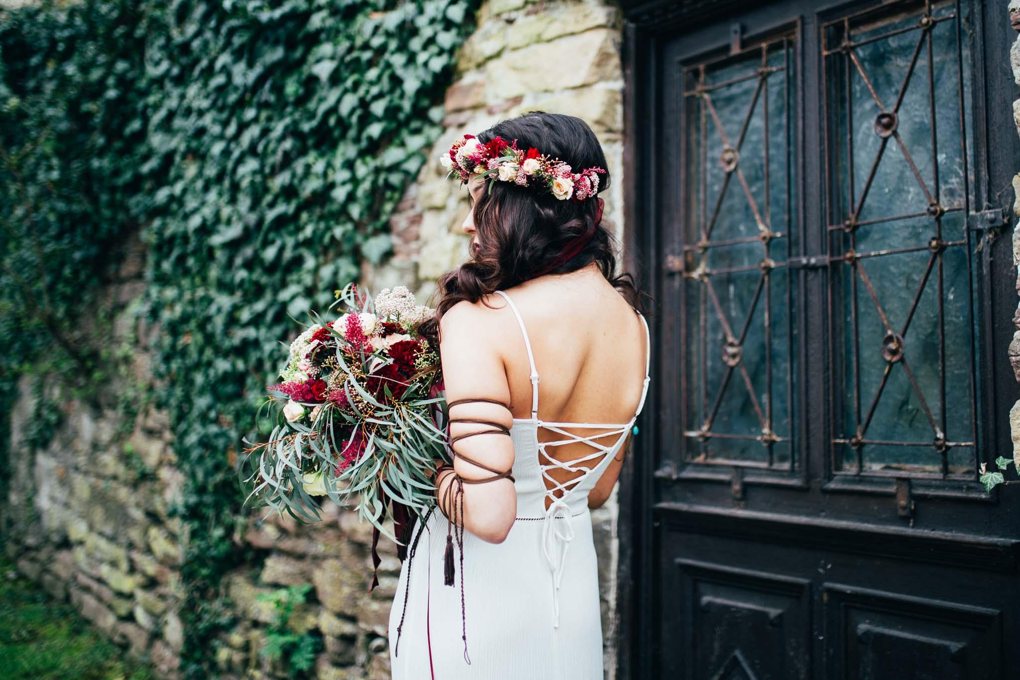 Portrait einer Boho Braut von Hinten in Leonberg - Hochzeitsfotografin