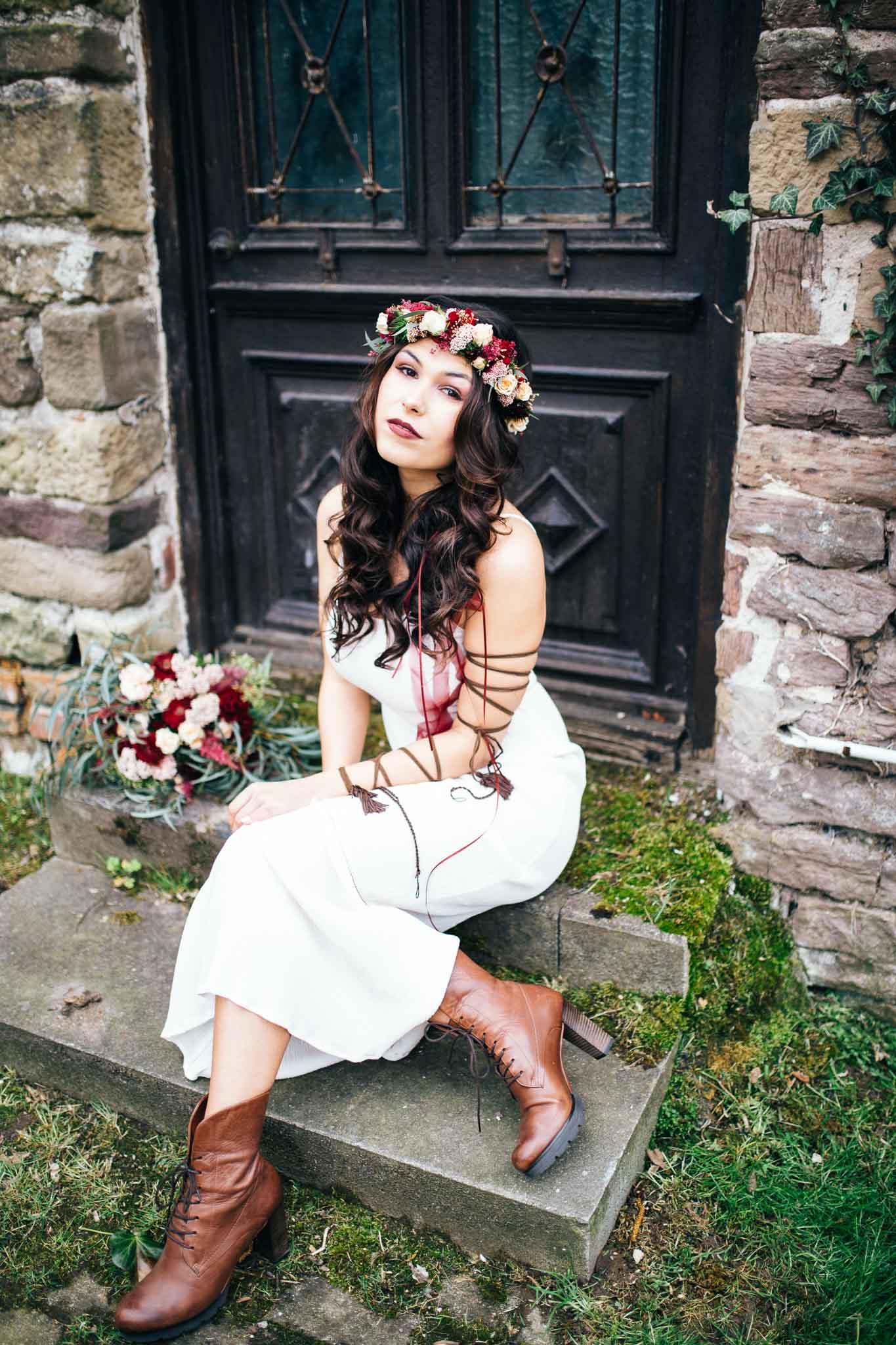 Boho Braut sitzt auf den Stufen in Leonberg