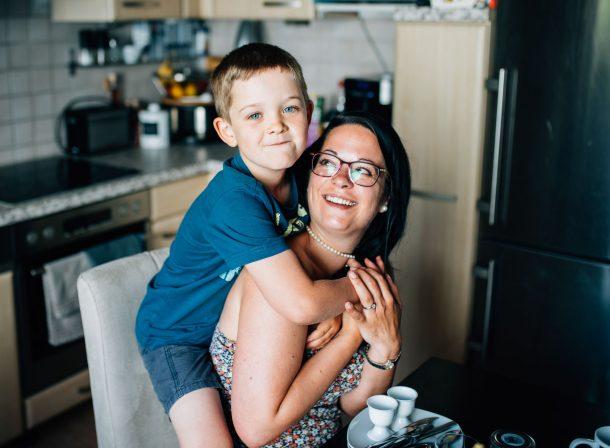 Mutter und Sohn bei einer Familienreportage in Leonberg bei Stuttgart