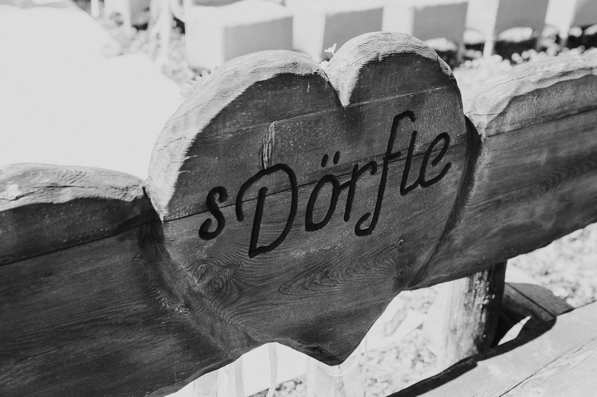 Bild der Inschrift von der Bank auf dem das Brautpaar sitzt