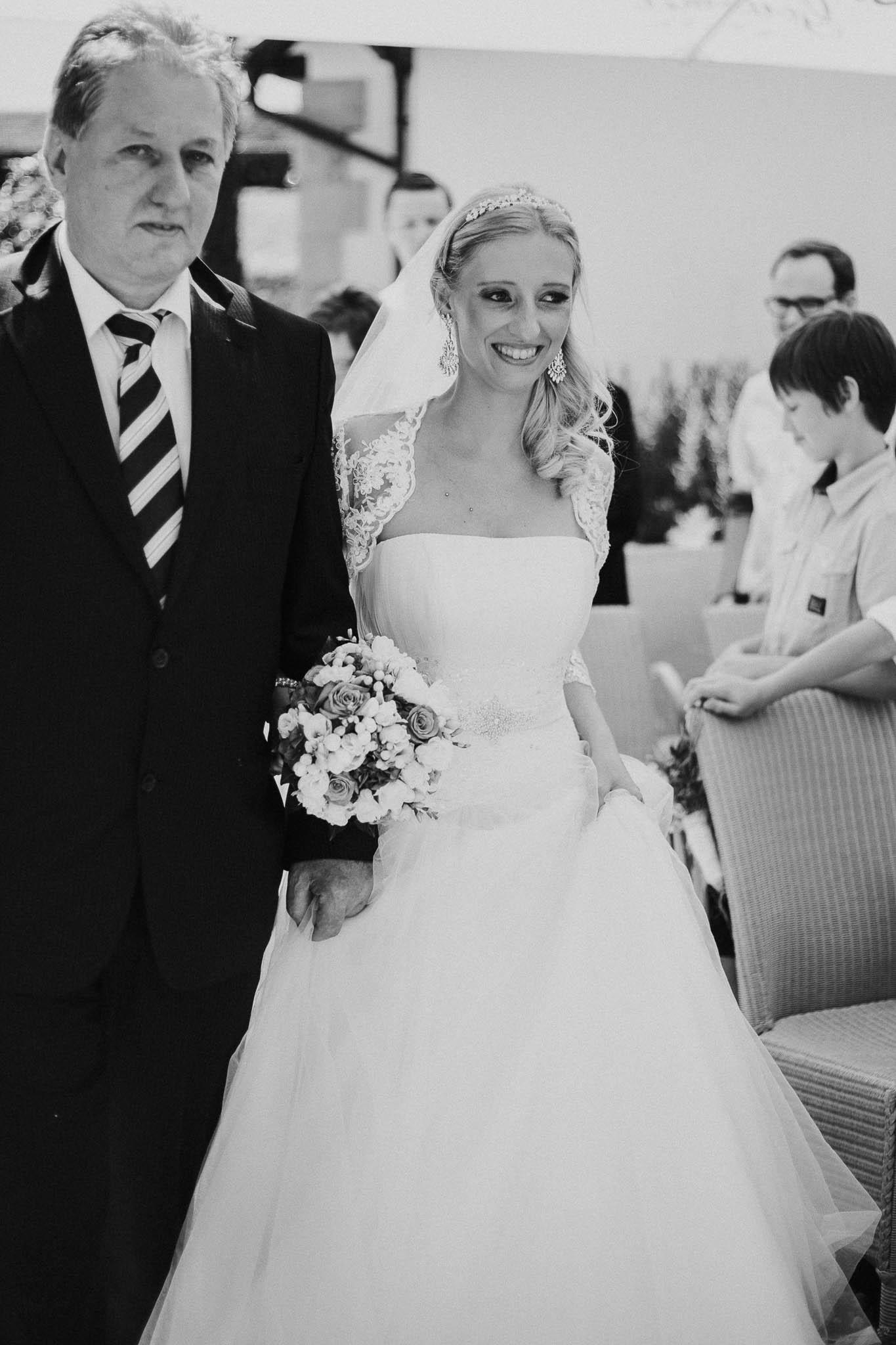 Vater führt die Tochter zum Bräutigam - Hochzeitsfotografie Maren Scheffler