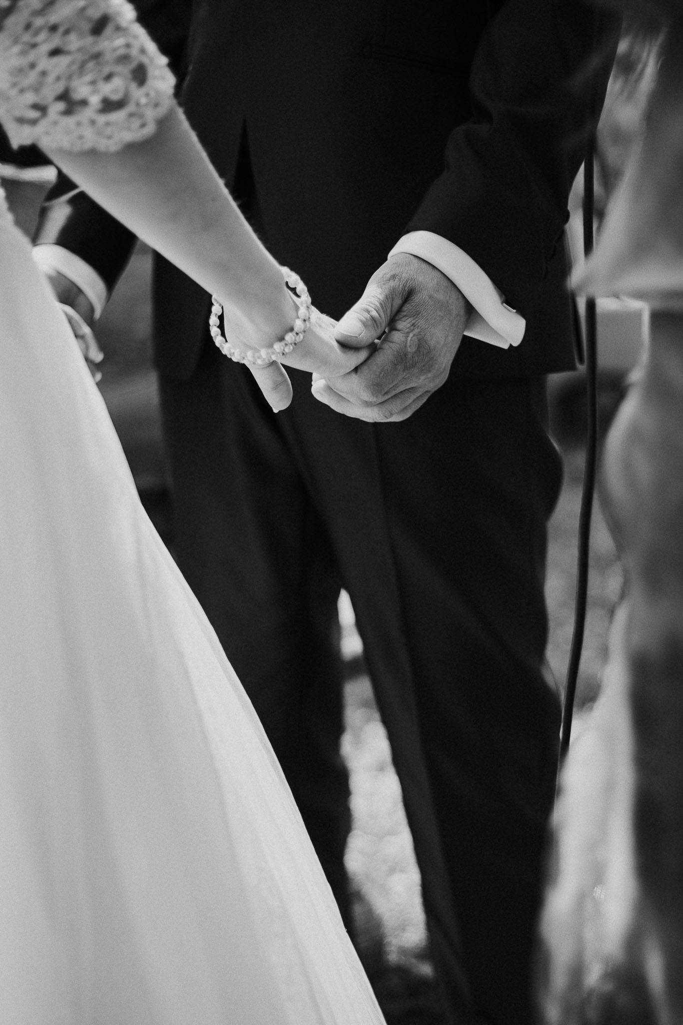 Bild der Hände des Brautpaares, wie sie sich festhalten