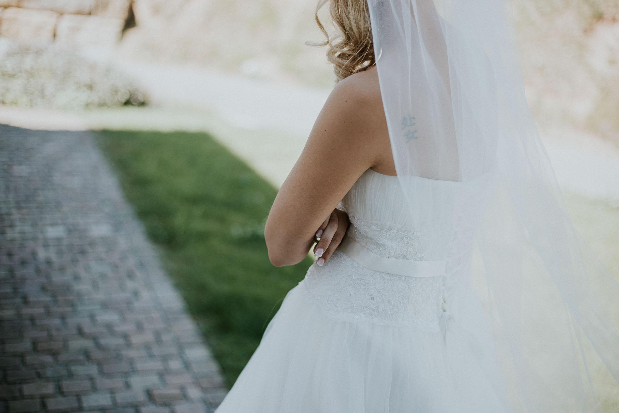 Die Braut wartet auf ihren Bräutigam - Hochzeitsfotografin Maren Scheffler