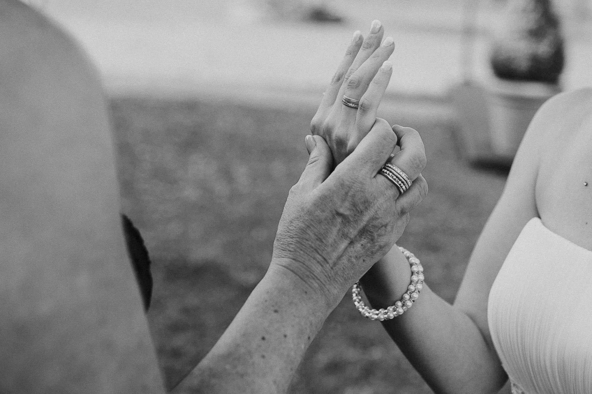 Braut zeigt stolz ihren Ring