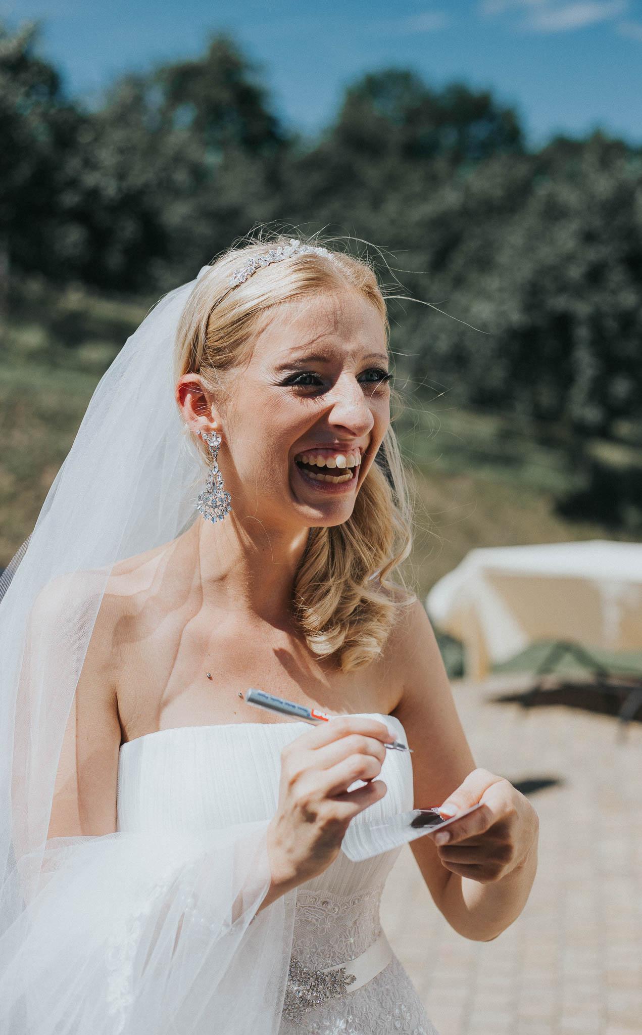 Die Braut gibt ihren Gästen Autogramme