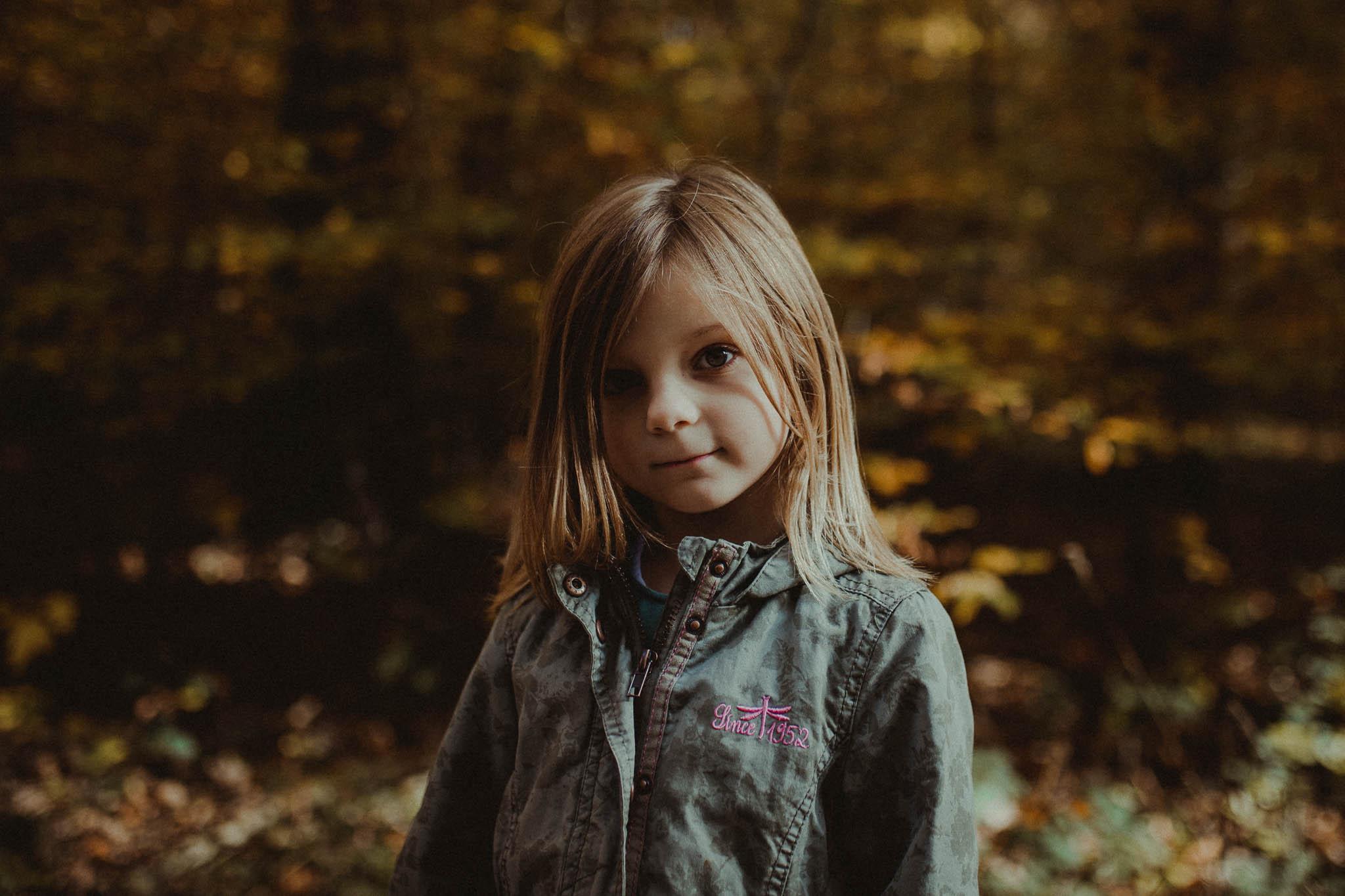kleines Mädchen im Wald - Herbstspaziergang