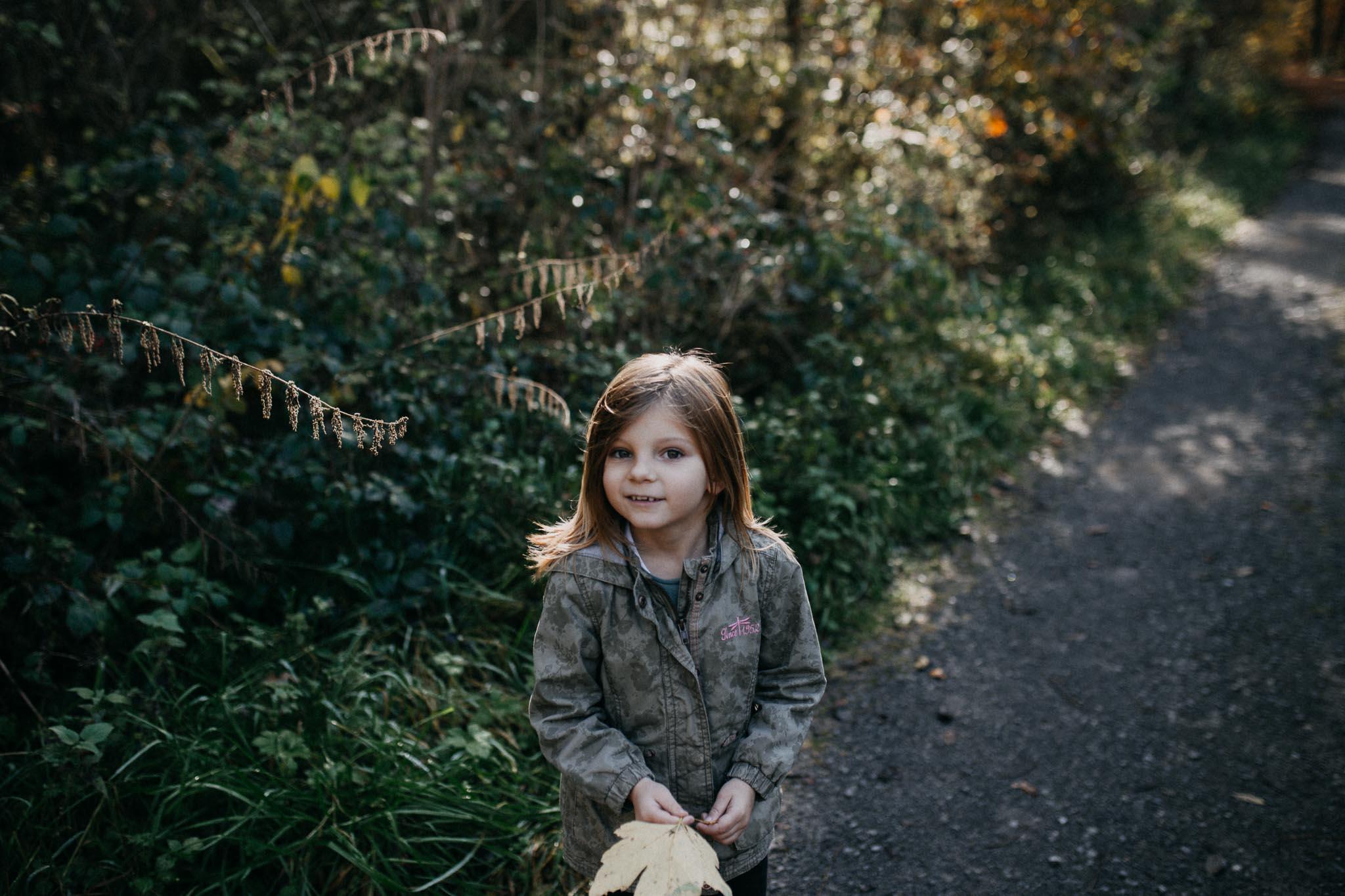 Mädchen beim Spaziergang im Wald von Rutesheim