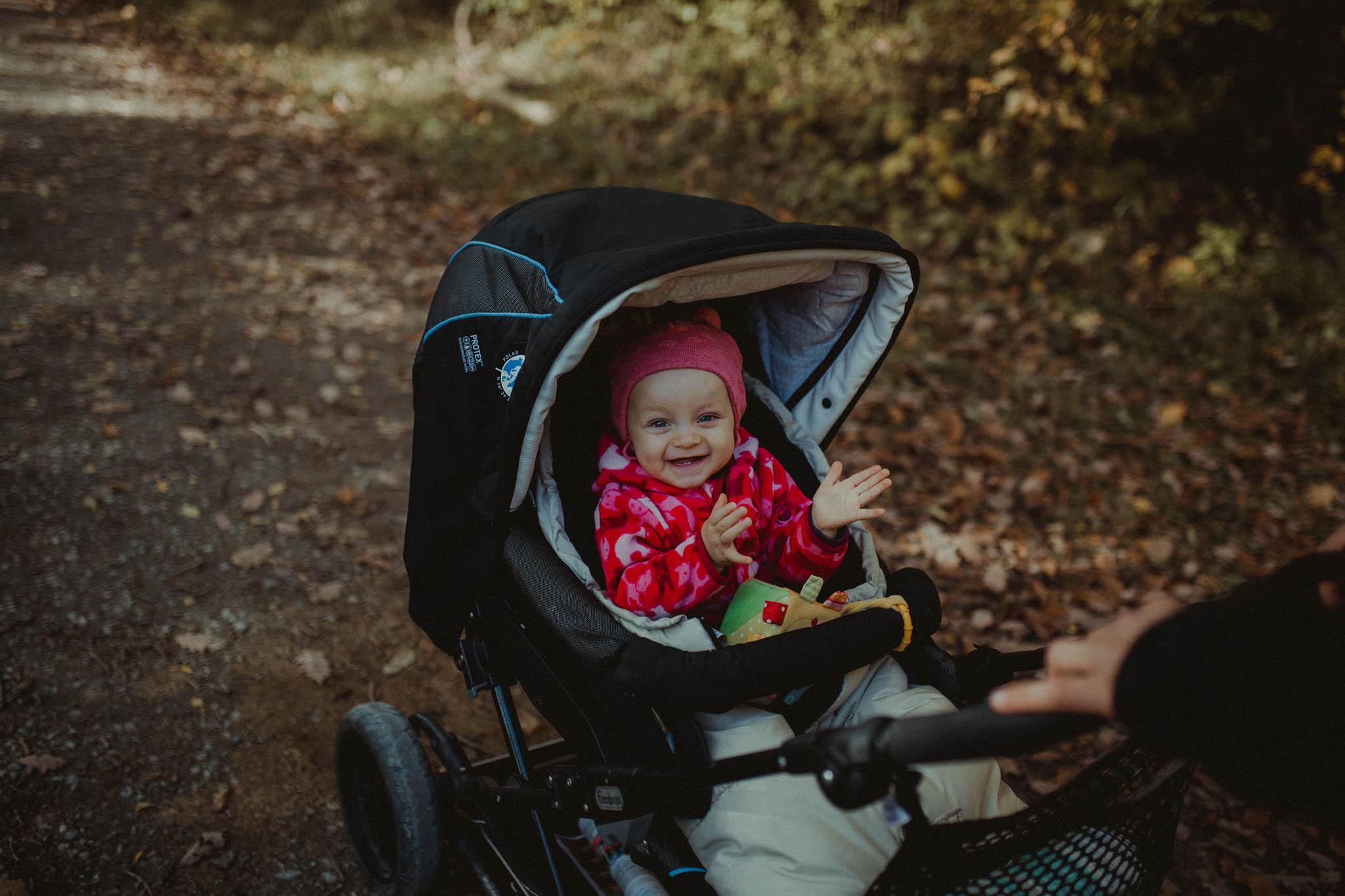 Kleines Mädchen im Kinderwagen