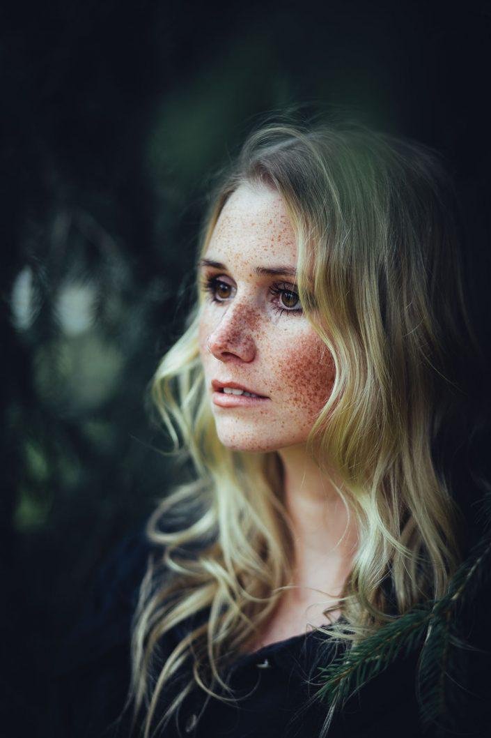 seitliches Portrait von einer jungen Frau