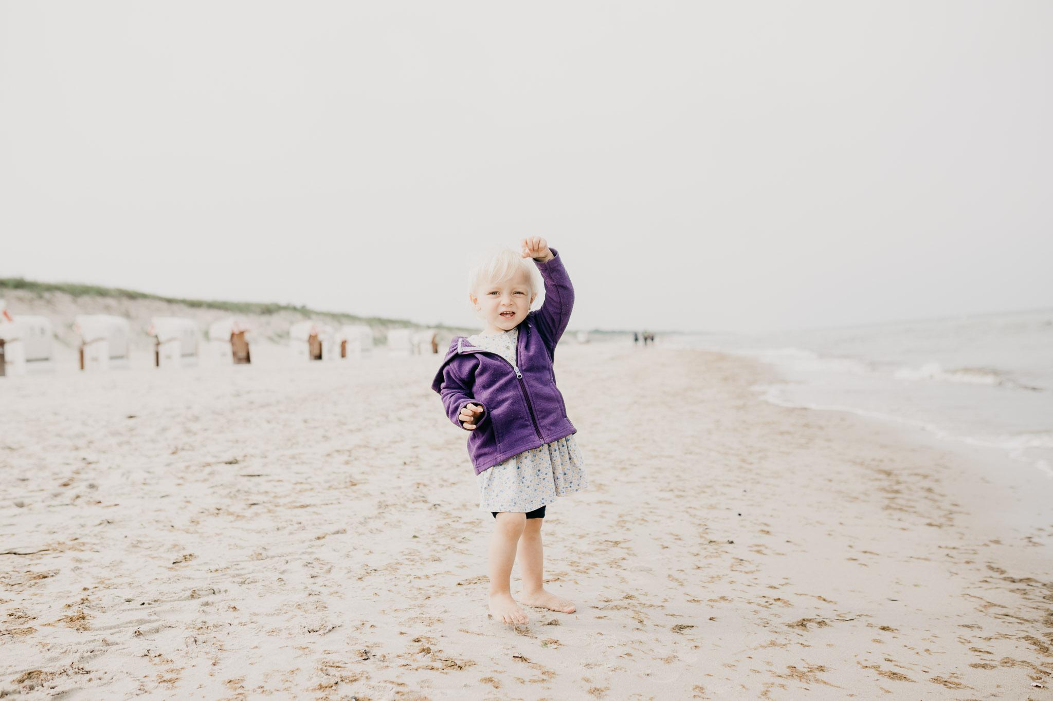 Unsere kleine Tochter Freyja am Ostseestrand Dierhagen