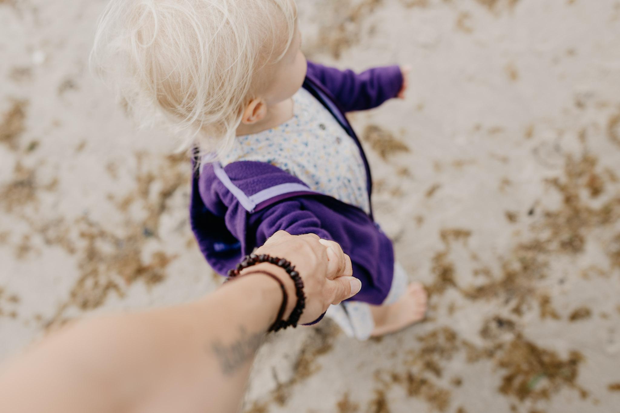 Hand in Hand mit meiner kleinen Tochter
