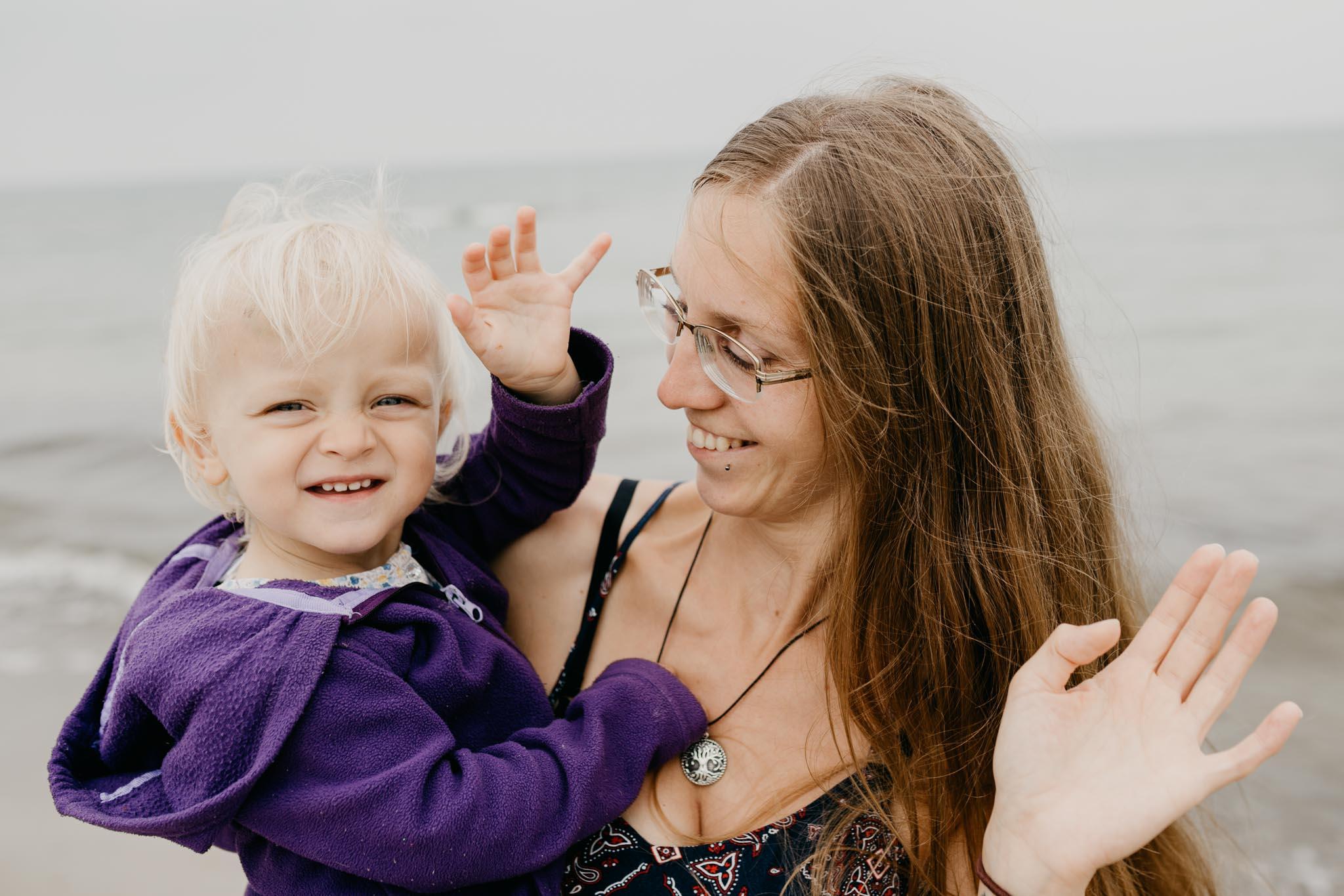 Unsere kleine Tochter Freyja und ich am Ostseestrand Dierhagen