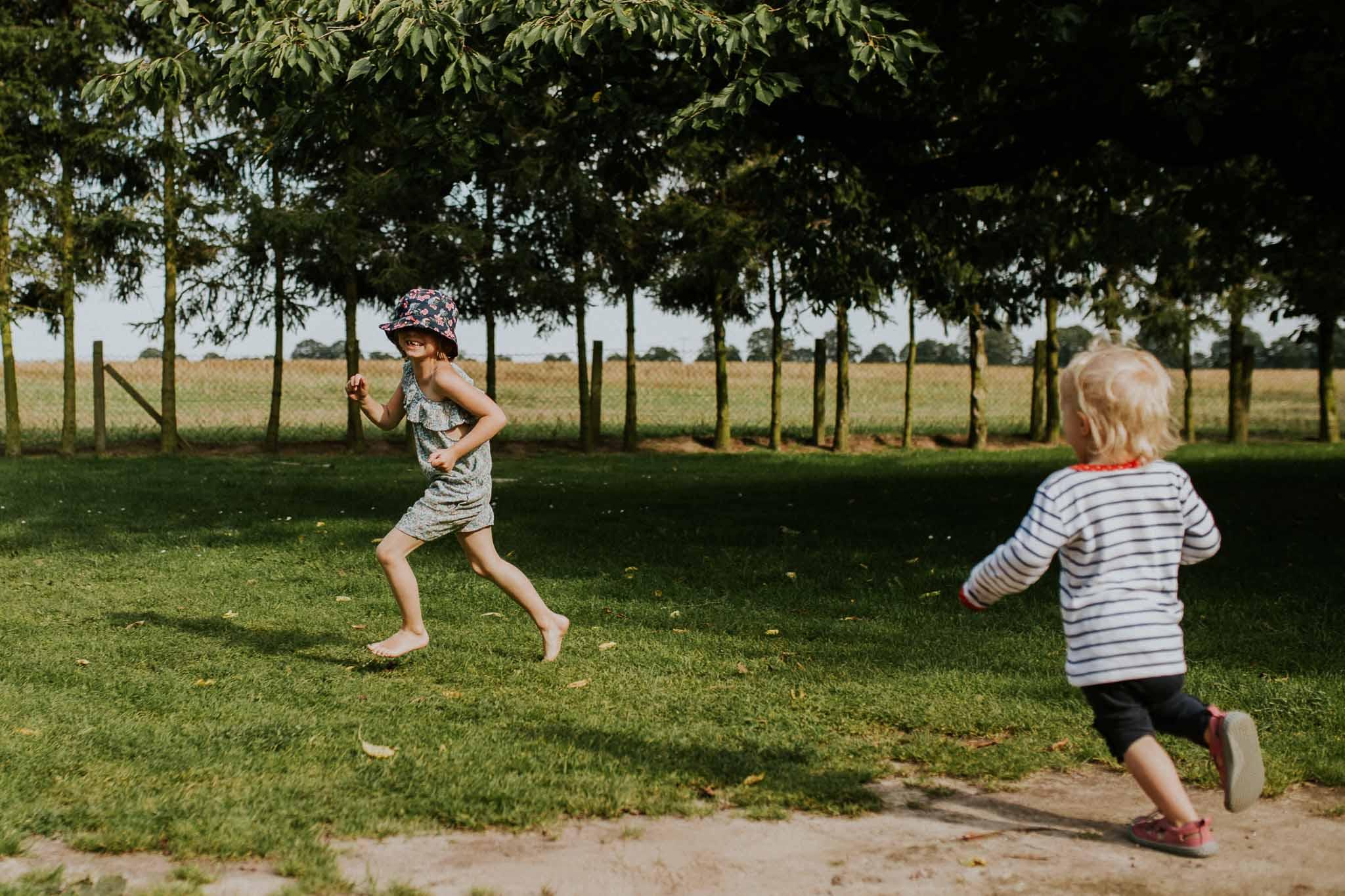 Zwei Mädchen rennen über die Wiese