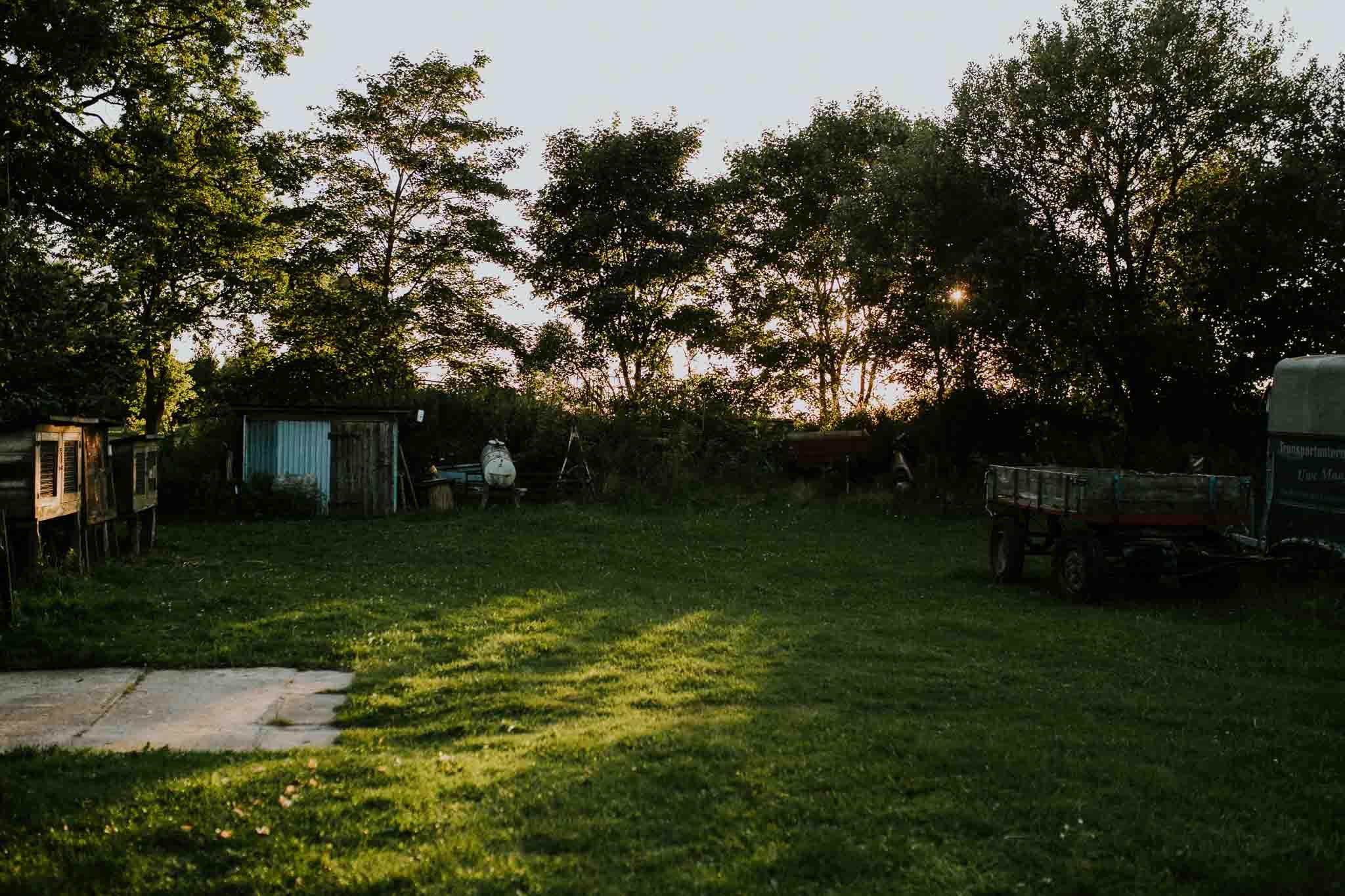 Garten in Mecklenburg-Vorpommern im Sonnenuntergang