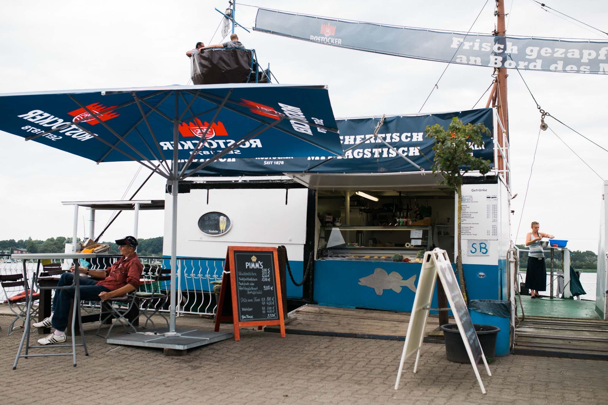 Eine Fischbude am Rostocker Hafen