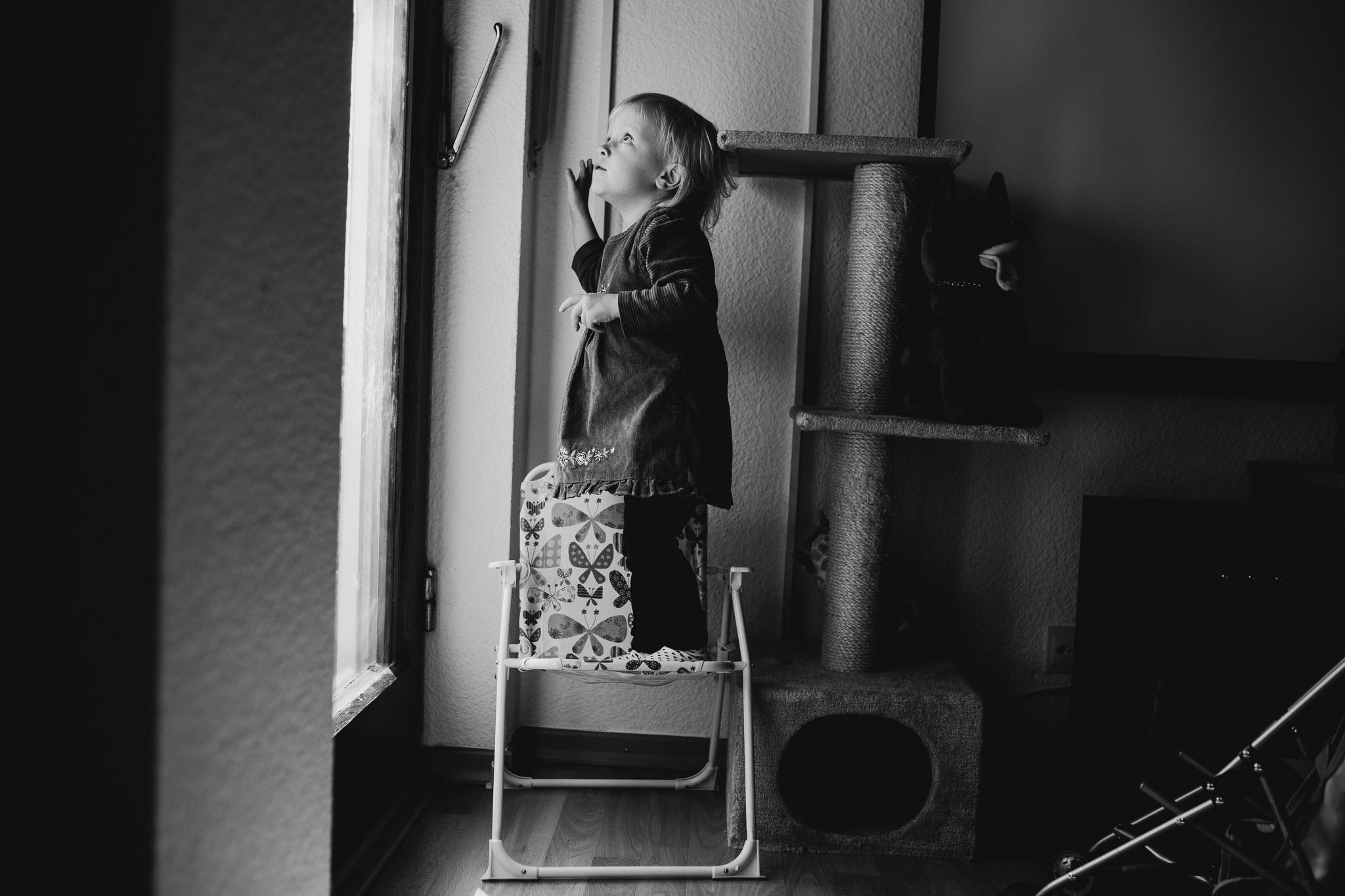 Kleines Mädchen am Fenster