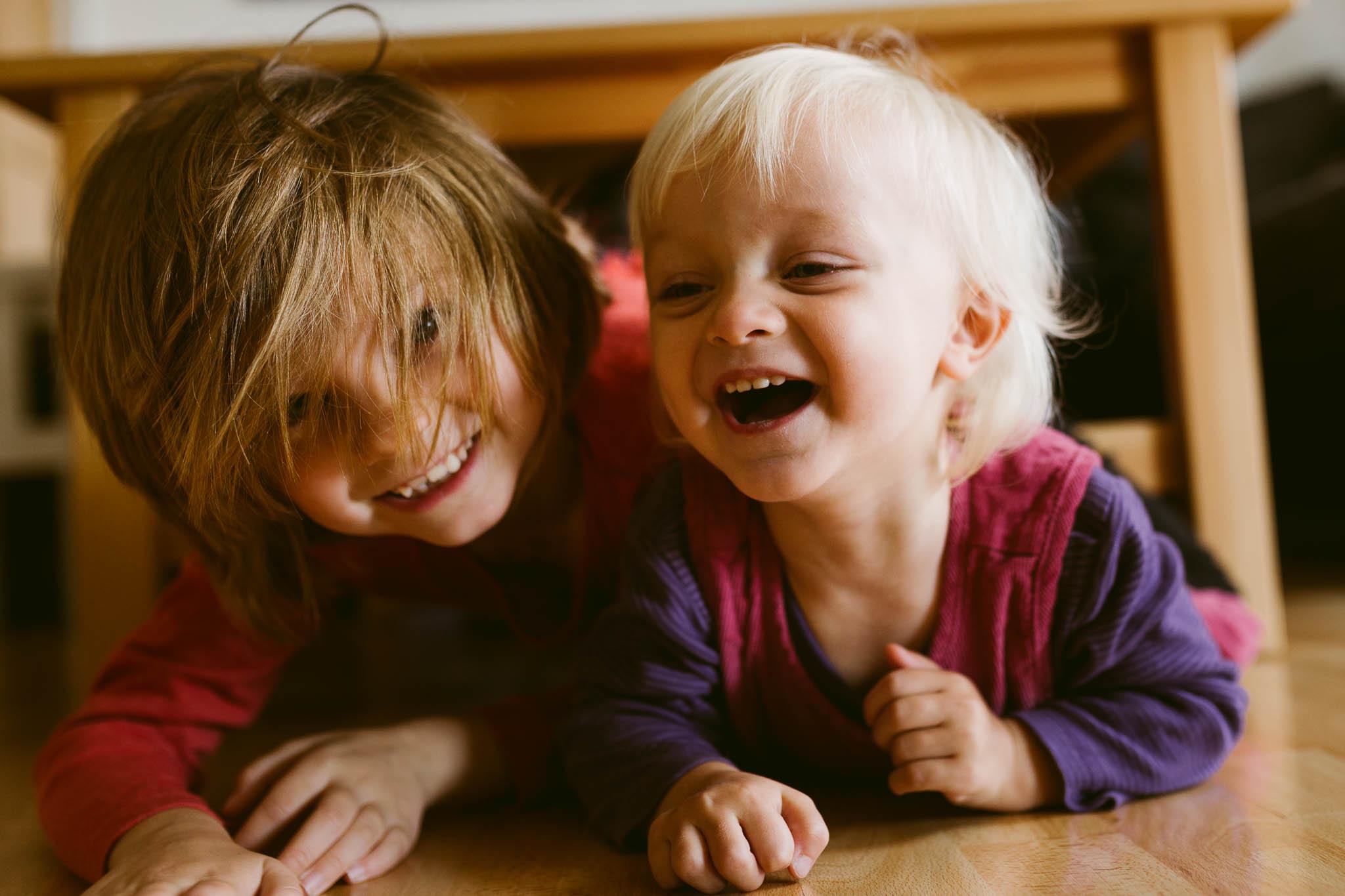 Portrait von Geschwistern, zwei Schwestern