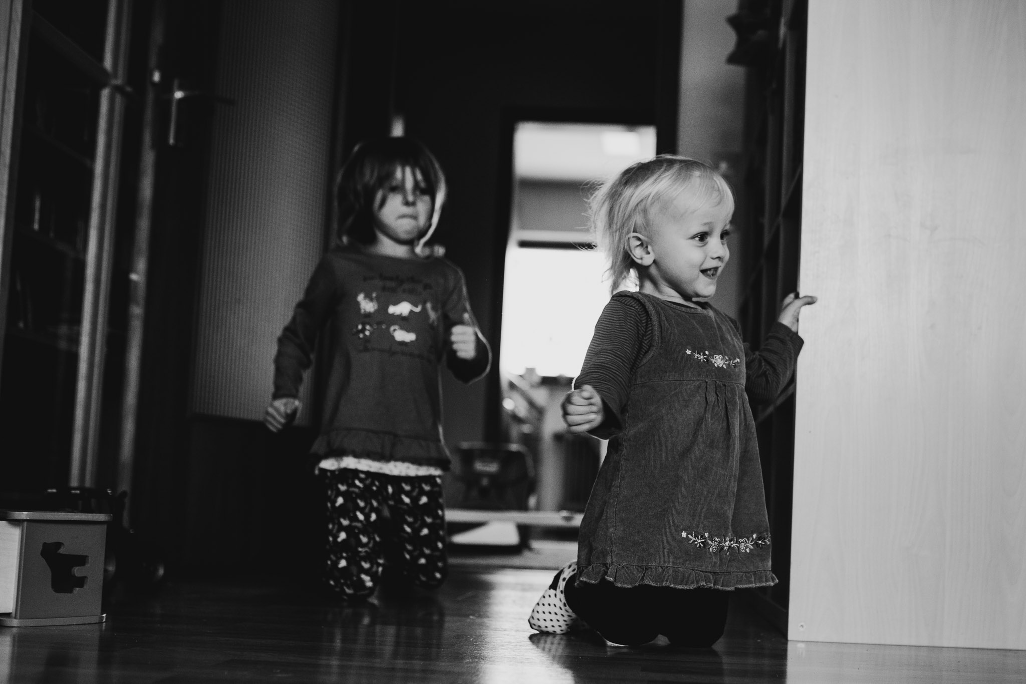 Zwei Schwestern am spielen