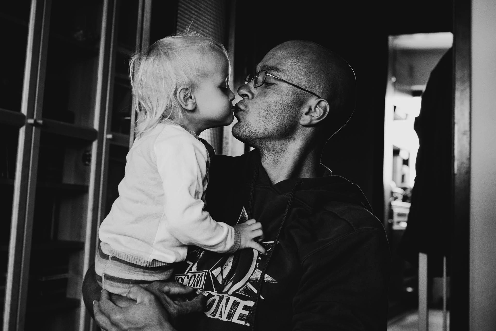 Papa und Tochter geben sich einen Kuss