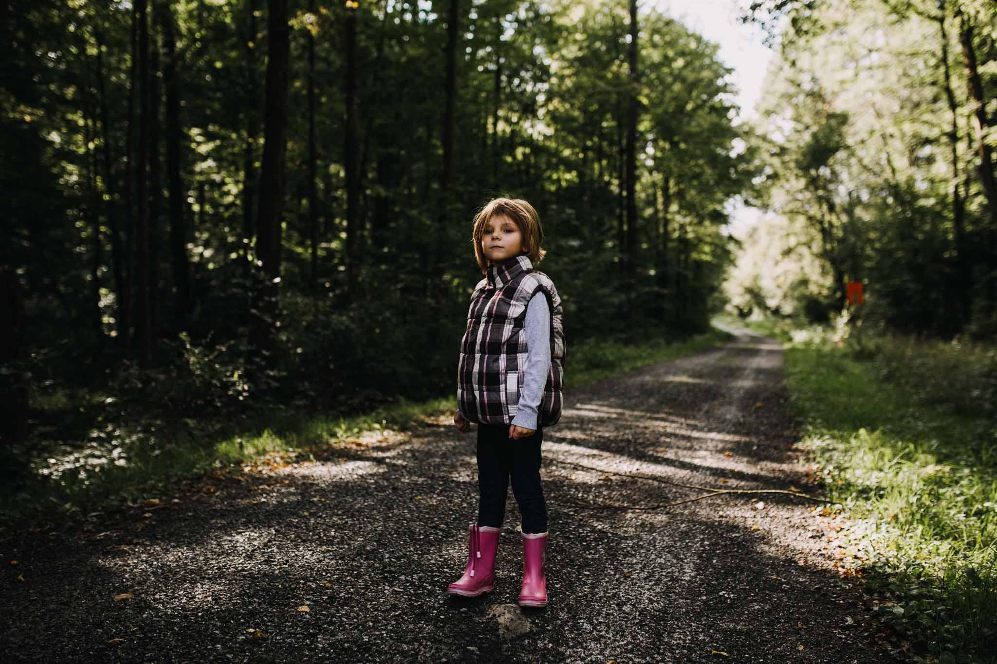 Mädchen steht im Wald