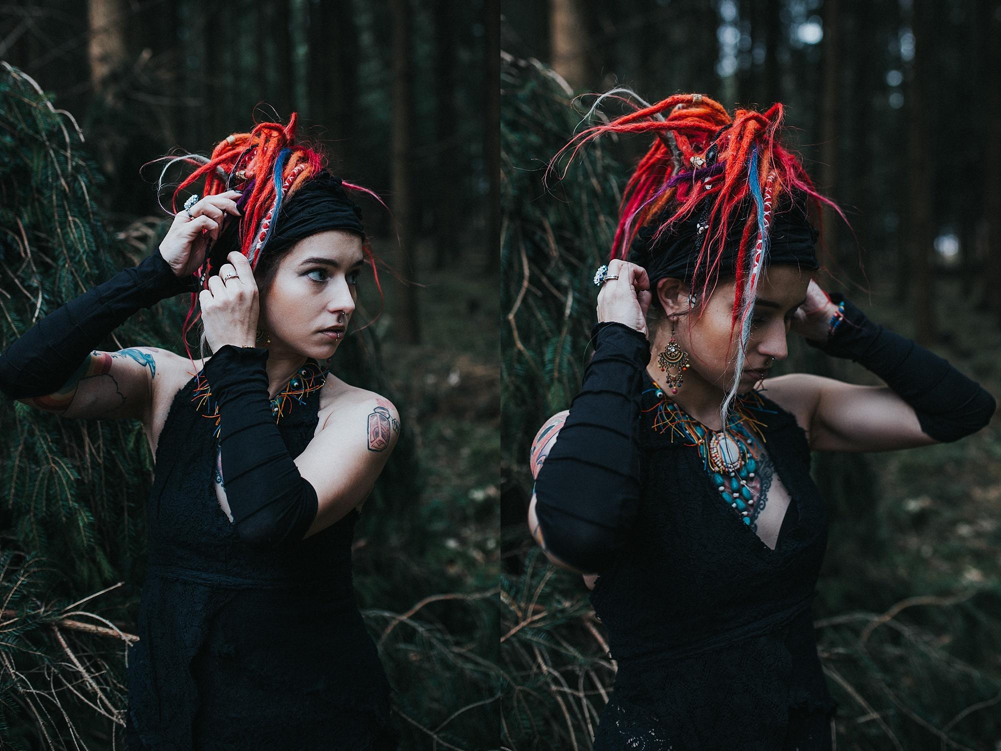 Stella im Wald, macht sich die Haare