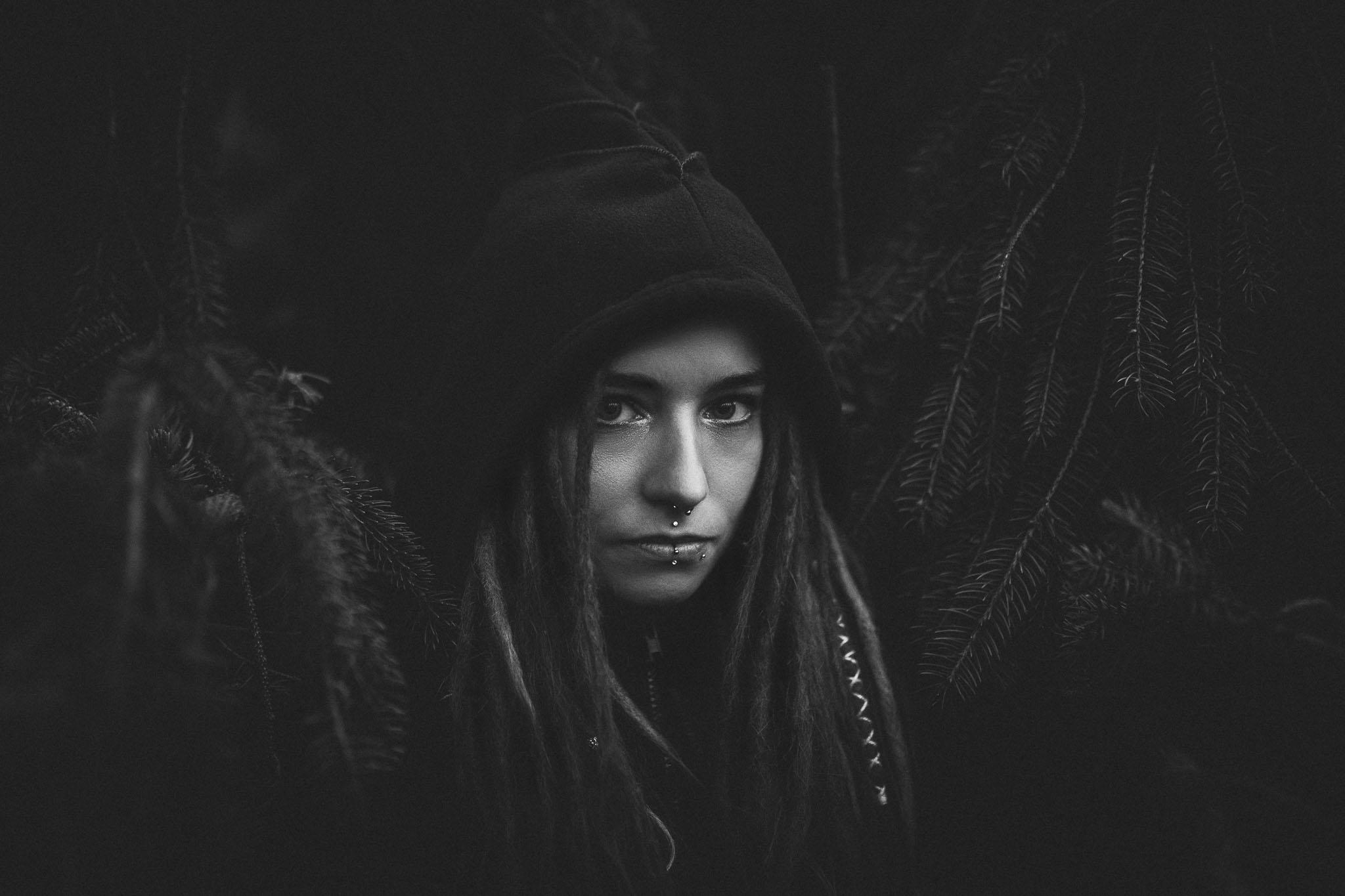 Portrait von Stella in schwarzweiß im Wald