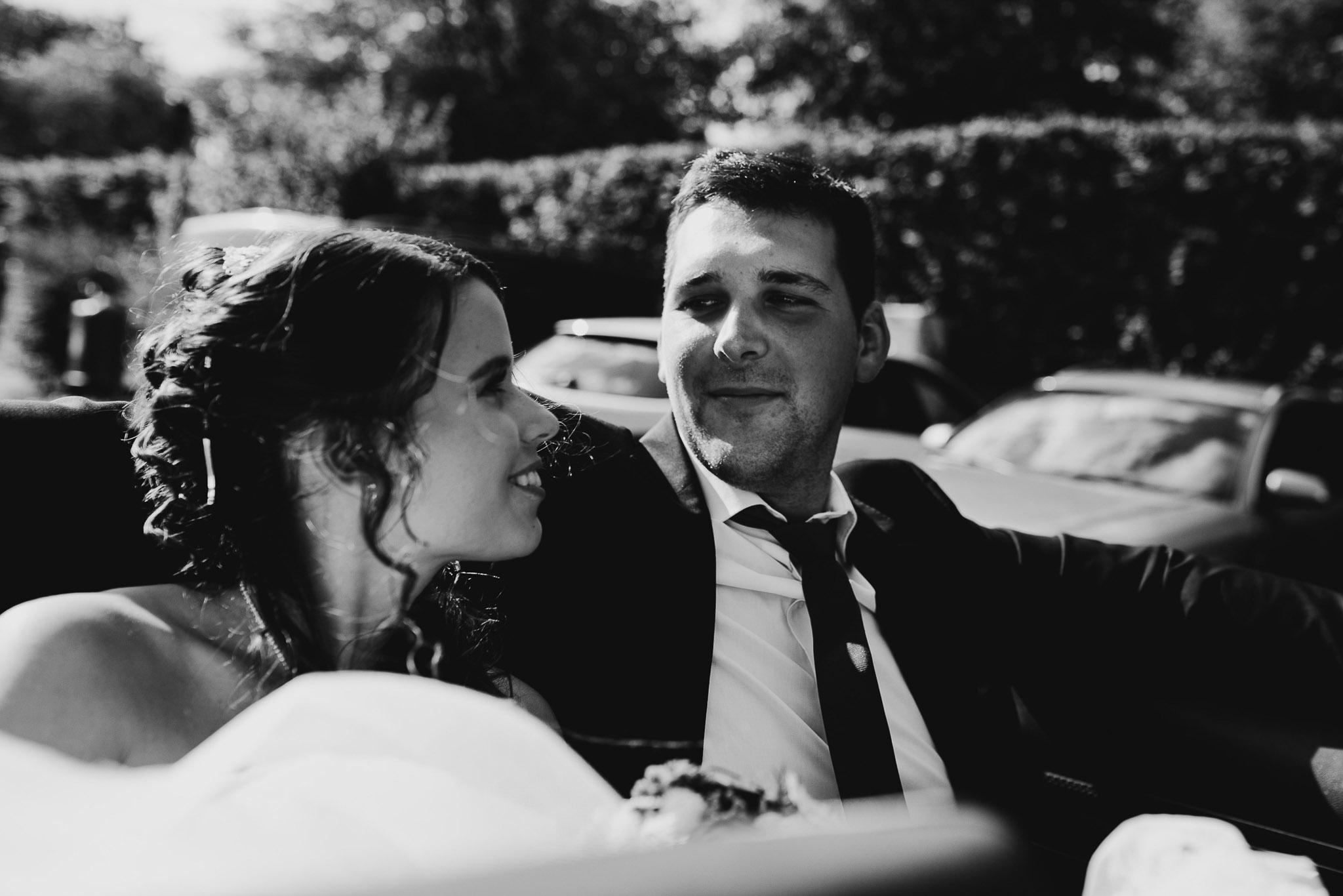 Hochzeitspaar gemeinsam im Auto auf der Rückbank